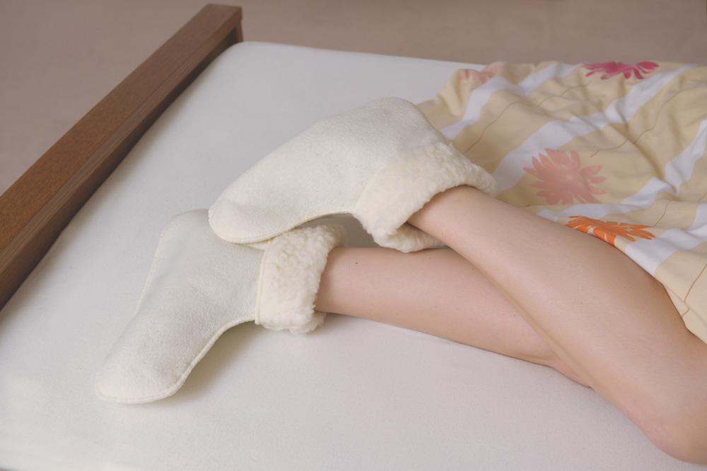 Dank der behaglichen Bettschuhe aus Schurwolle genießen Sie die Nachtruhe mit angenehm warmen Füßen.